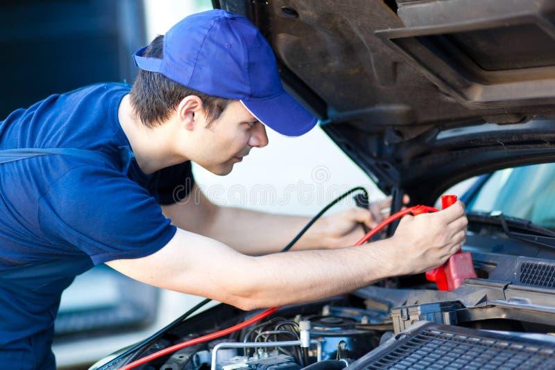 Mecánico de coche que trabaja en servicio de reparación auto foto de archivo libre de regalías