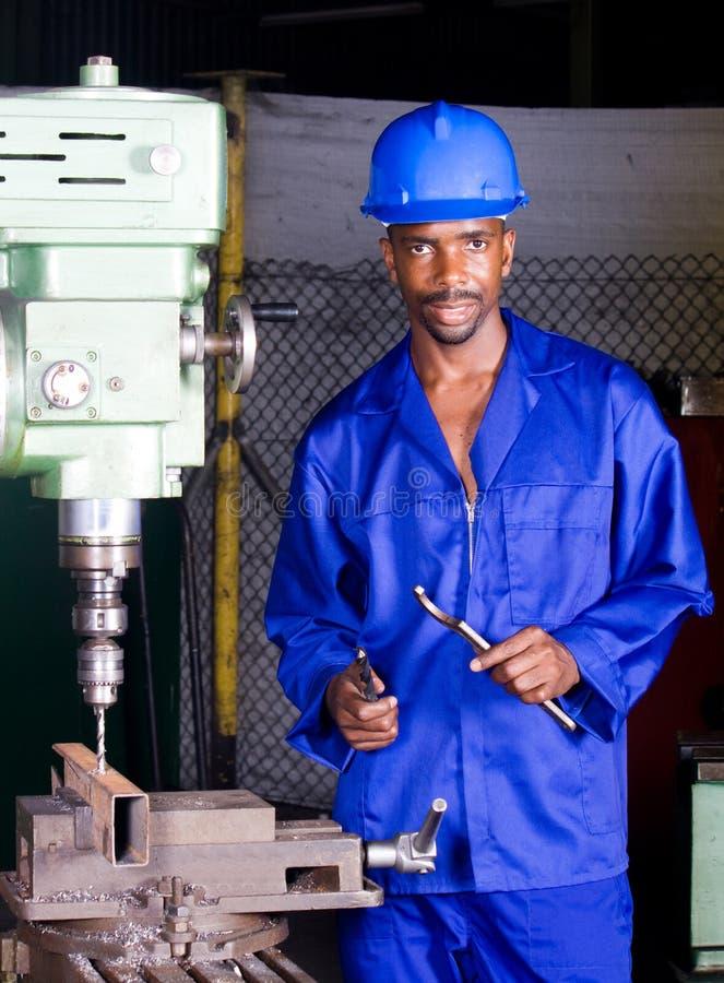 Mecánico de la fábrica en el trabajo foto de archivo libre de regalías