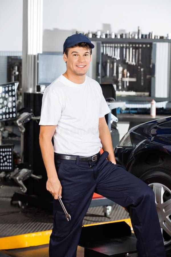 Mecánico de sexo masculino sonriente In Garage fotografía de archivo