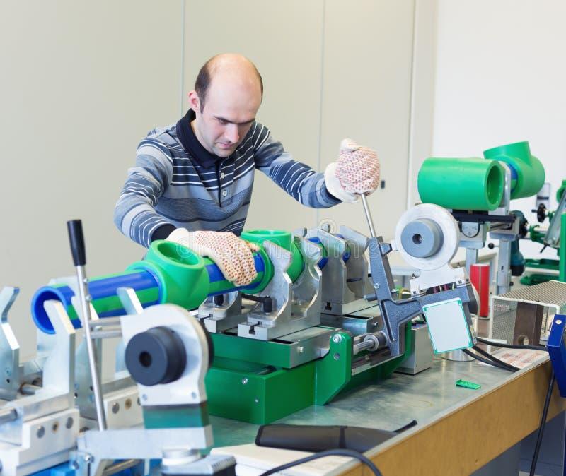 Mecánico en el taller foto de archivo