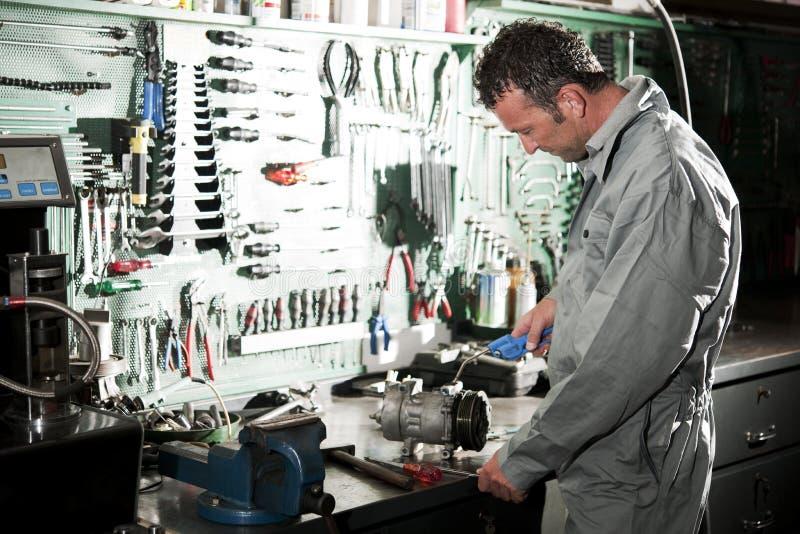 Mecánico en el trabajo fotografía de archivo
