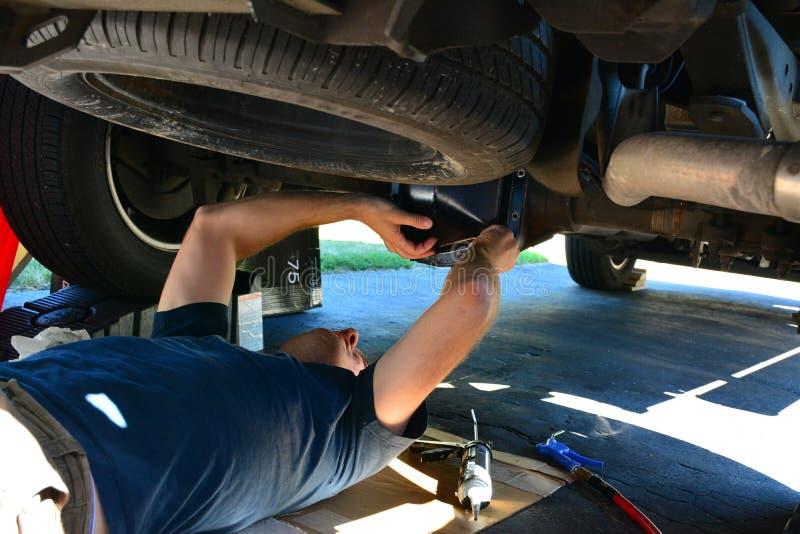 mecánico que mantiene debajo de un camión imágenes de archivo libres de regalías