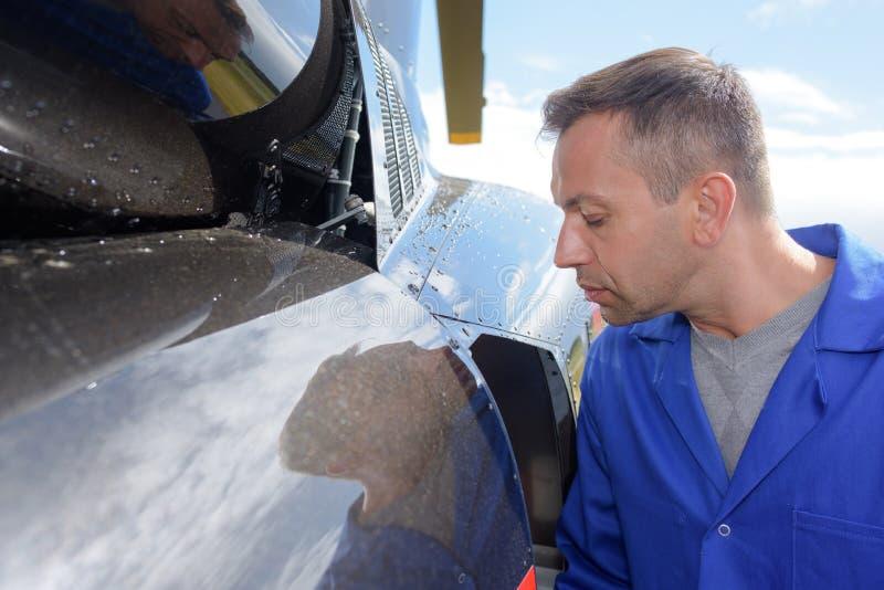 Mecánico que mira los aviones imágenes de archivo libres de regalías