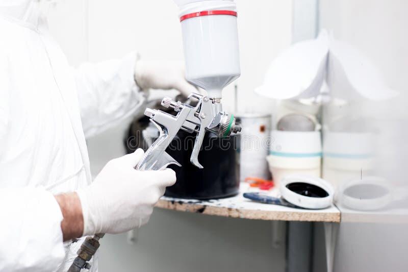 Mecánico que prepara la pintura para la carrocería de un coche imágenes de archivo libres de regalías