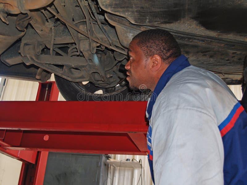 Mecánico que realiza un examen de servicio rutinario foto de archivo