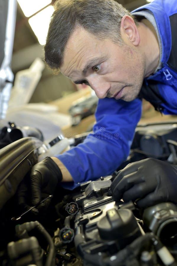 Mecánico que trabaja en reparaciones del coche fotografía de archivo libre de regalías