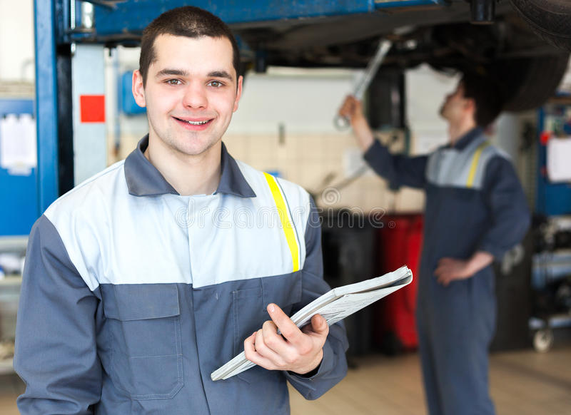 Mecánico que trabaja en servicio de reparación del coche foto de archivo