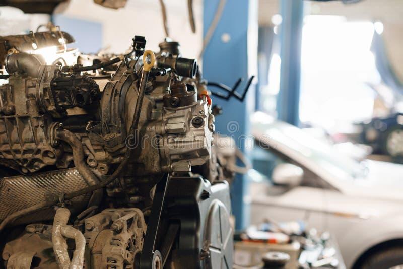 Mecánico que trabaja en un coche, reparando un motor Servicio del coche del garaje Mantenimiento del coche de la válvula de motor imágenes de archivo libres de regalías