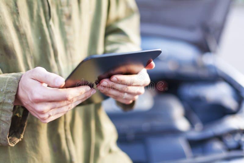 Mecánico que usa la tableta imagen de archivo libre de regalías