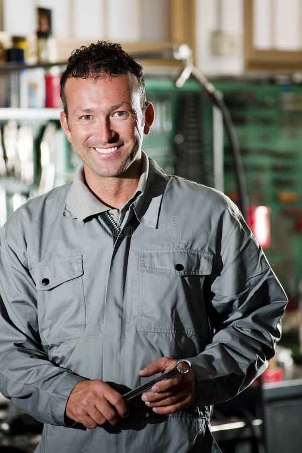 Mecánico sonriente foto de archivo