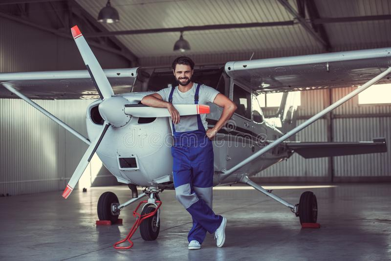 Mecánico y aviones fotos de archivo