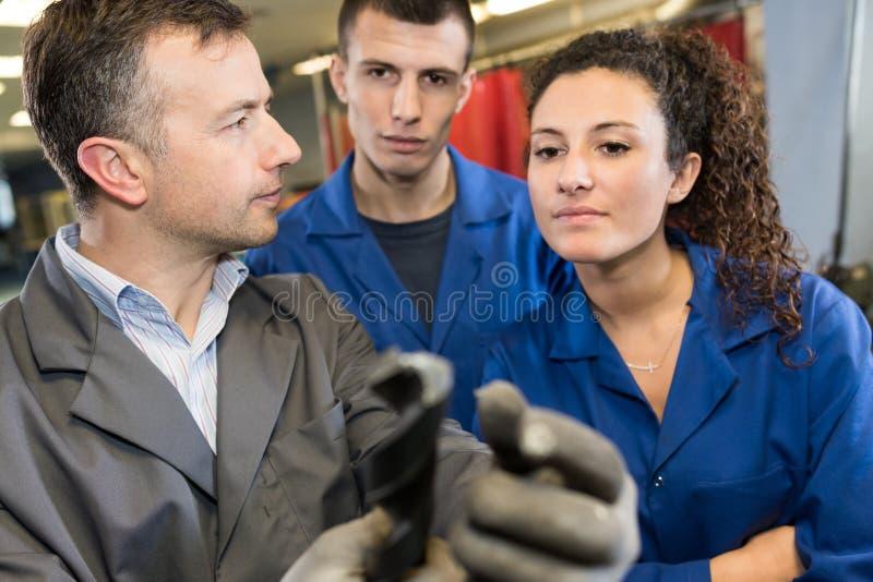 Mecánicos jovenes en el trabajo foto de archivo libre de regalías