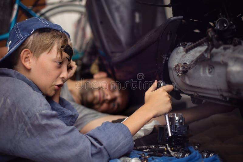 mecánicos Trabajadores Concepto de familia imagenes de archivo
