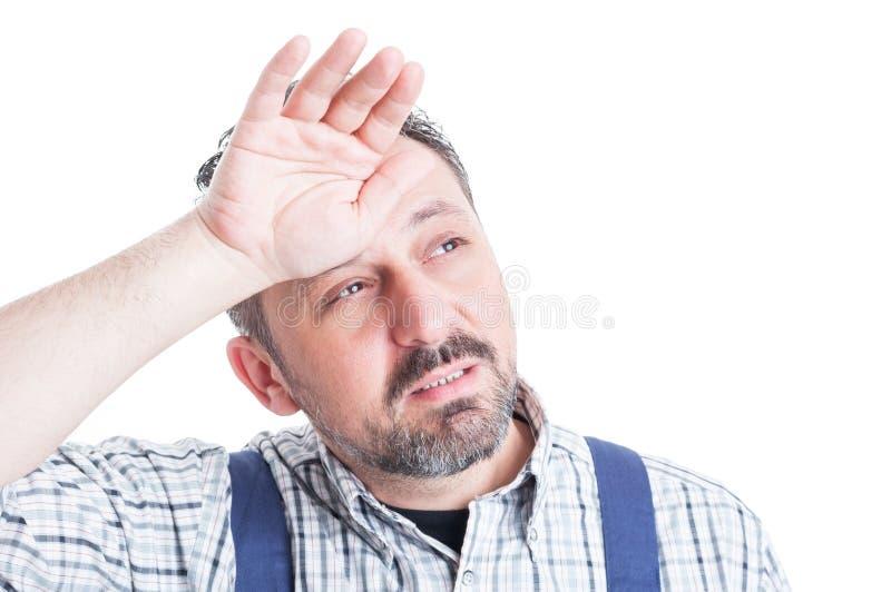 Mecânico considerável no close up que está sendo esgotado ou forçado fotos de stock royalty free
