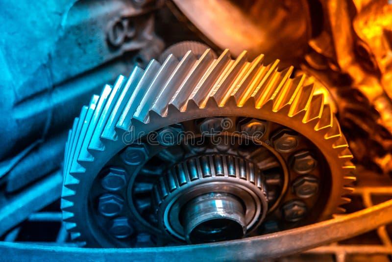 Mecânico da garagem da oficina da reparação automóvel do reparo da caixa de engrenagens do carro imagem de stock