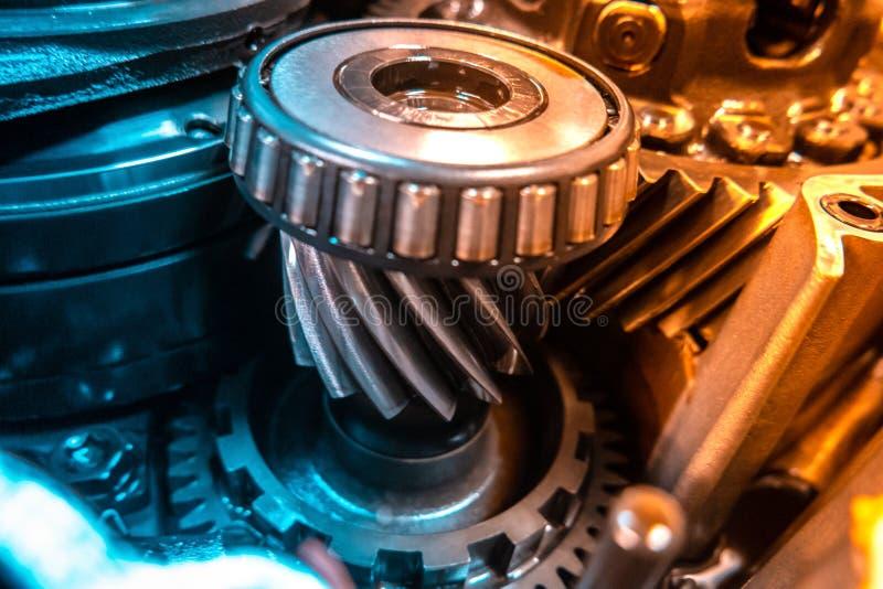 Mecânico da garagem da oficina da reparação automóvel do reparo da caixa de engrenagens do carro foto de stock royalty free