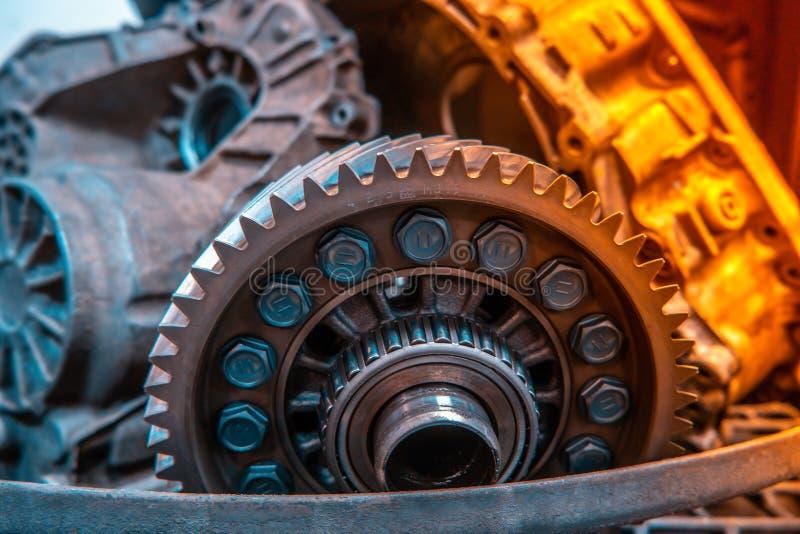 Mecânico da garagem da oficina da reparação automóvel do reparo da caixa de engrenagens do carro fotografia de stock royalty free