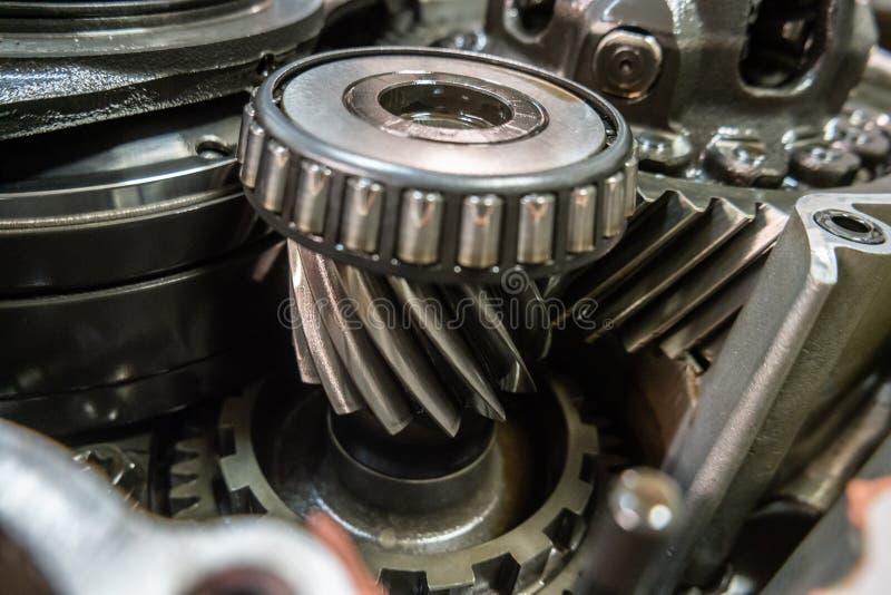 Mecânico da garagem da oficina da reparação automóvel do reparo da caixa de engrenagens do carro imagens de stock