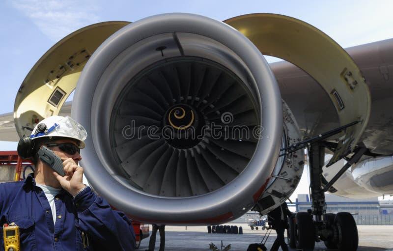 Mecânico de avião e motor de jato foto de stock royalty free