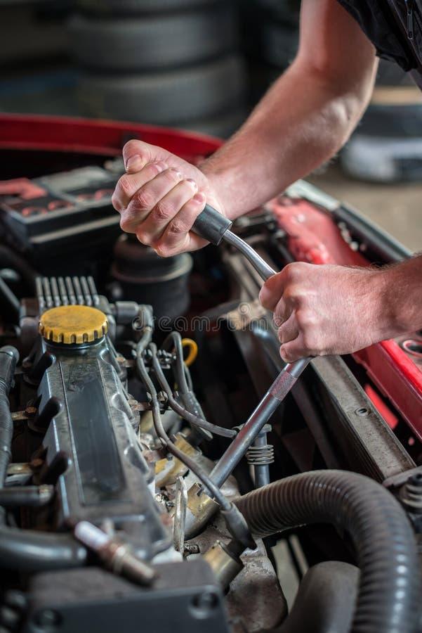 Mecânico de carro no serviço de reparação de automóveis, começando fotografia de stock