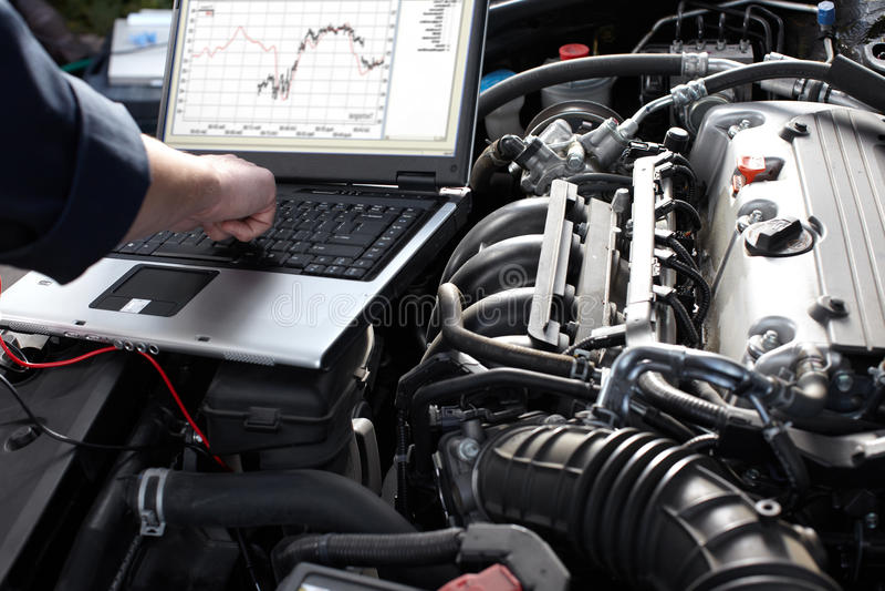 Mecânico de carro que trabalha no serviço de reparação de automóveis. fotos de stock