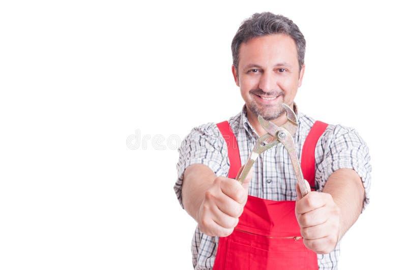 Mecânico de sorriso que guarda a chave ajustável fotografia de stock
