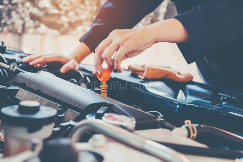 Mecânico do óleo do motor de automóveis que trabalha no serviço de reparação de automóveis foto de stock