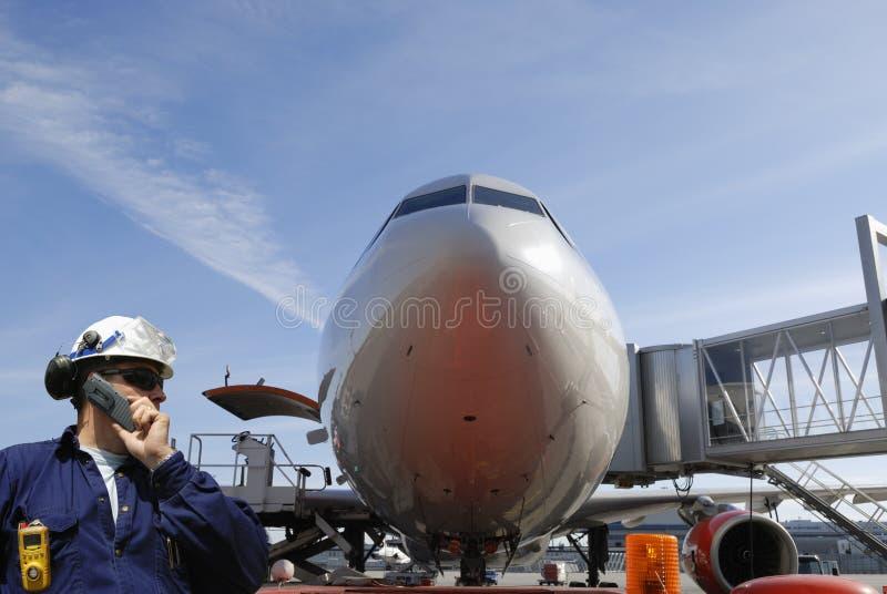 Mecânico e avião de passageiros de ar imagens de stock