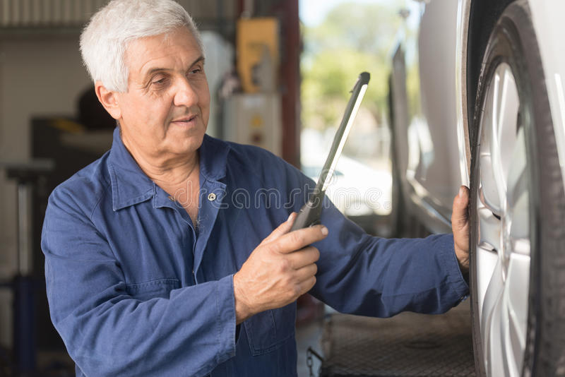 Mecânico em uma oficina automotivo imagens de stock royalty free