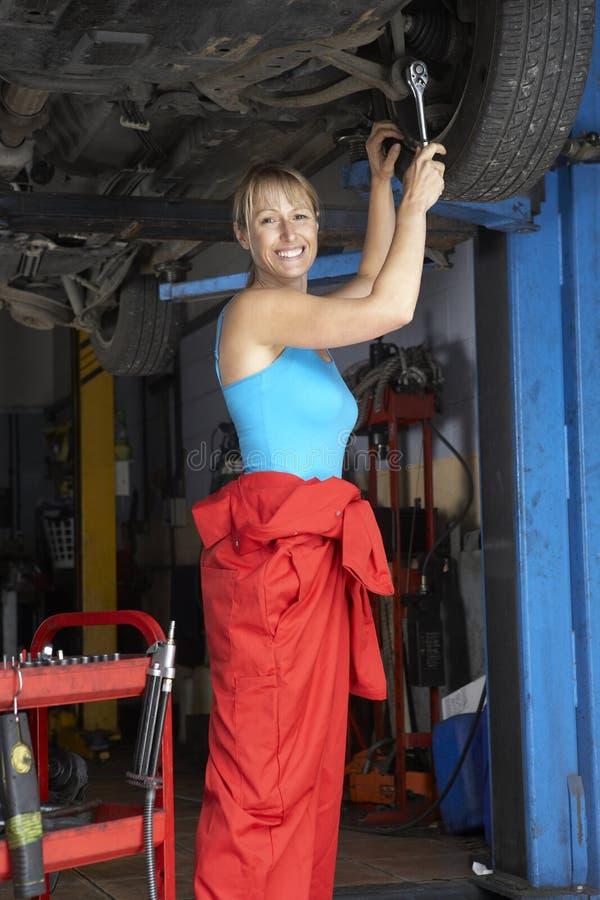 Mecânico fêmea que trabalha no carro foto de stock royalty free