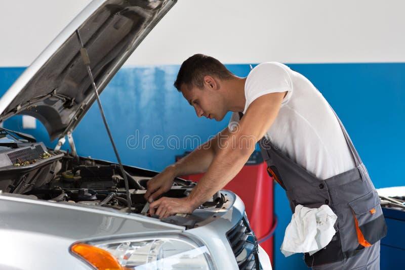 Mecânico Fixing Car Engine fotos de stock