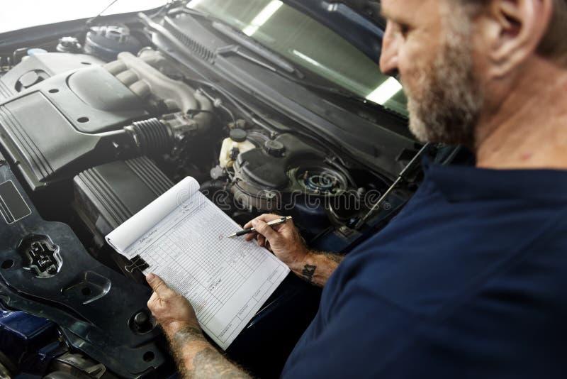 Mecânico Fixing Spare Concept da manutenção do motor da garagem fotografia de stock royalty free