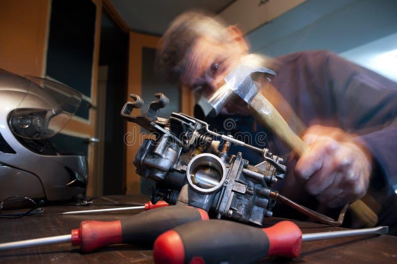 Mecânico irritado com martelo foto de stock