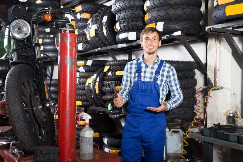 Mecânico masculino novo que trabalha na loja de reparação de automóveis foto de stock royalty free
