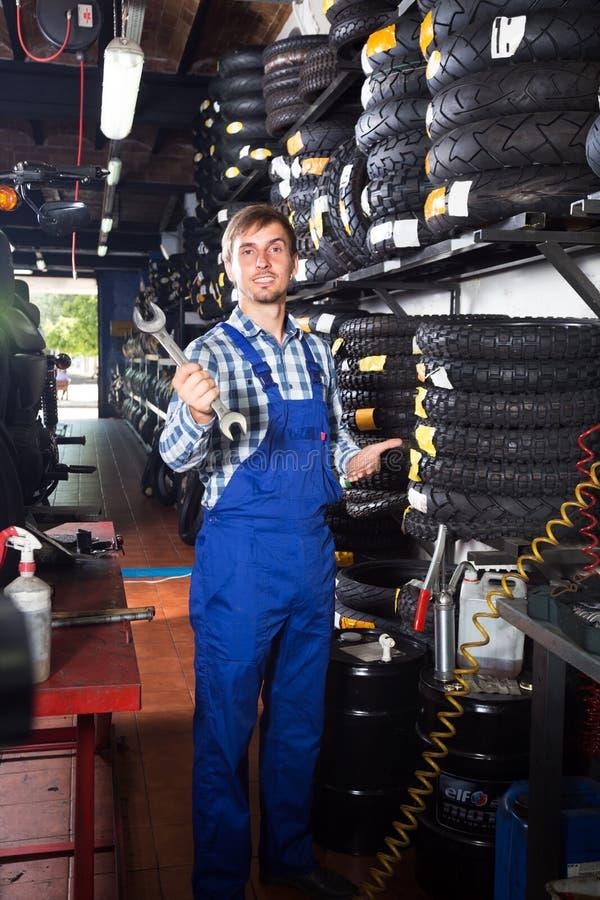 Mecânico masculino novo que trabalha na loja de reparação de automóveis foto de stock