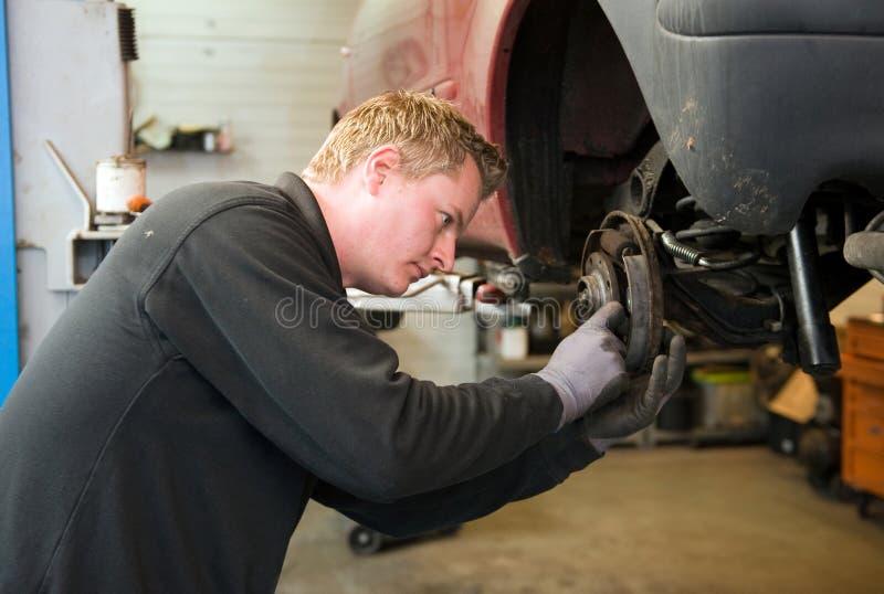 Mecânico na garagem imagem de stock