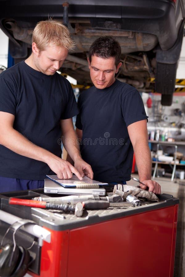 Mecânico no trabalho na loja fotografia de stock