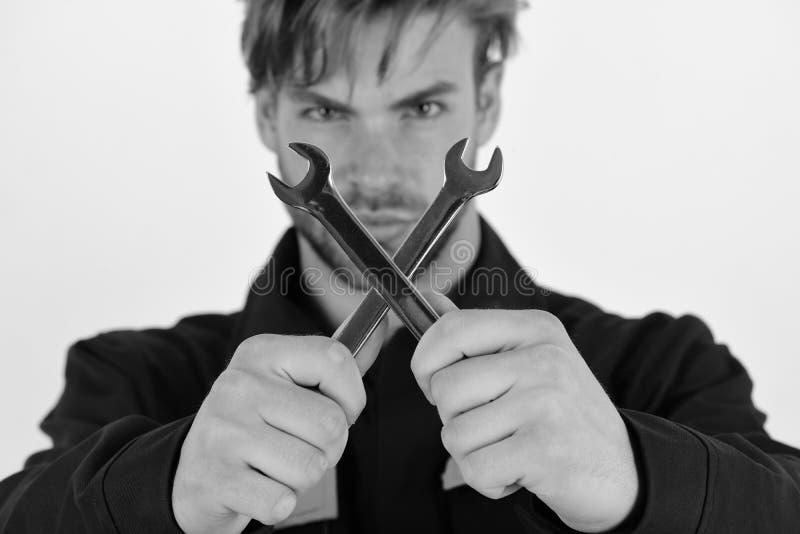 Mecânico ou encanador com as chaves inglesas nas mãos Instrumento da chave inglesa para fixar ou apertar detalhes fotografia de stock royalty free