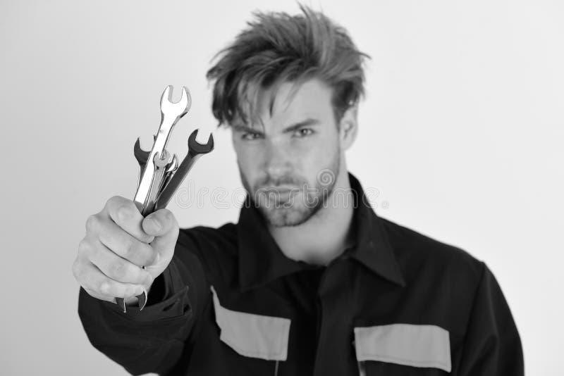 Mecânico ou encanador com chave inglesa Homem com cara séria fotos de stock royalty free