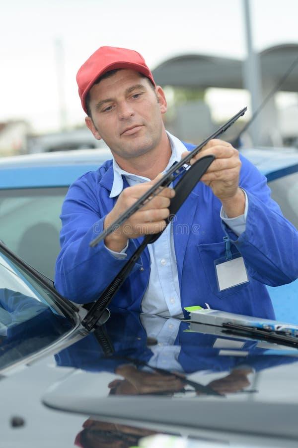 Mecânico pronto para mudar o limpador ou o mecânico de pára-brisas imagem de stock royalty free
