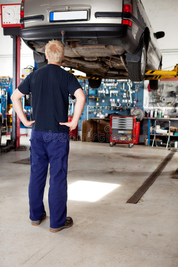 Mecânico que olha o carro fotografia de stock