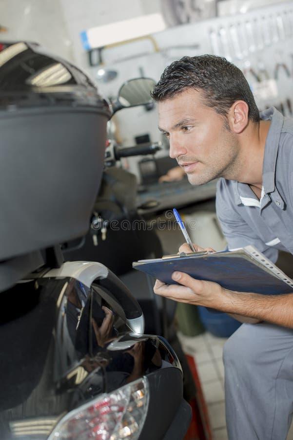 Mecânico que testa um carro imagens de stock royalty free