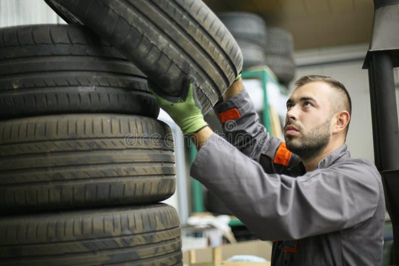Mecânico que trabalha na loja de reparação de automóveis foto de stock