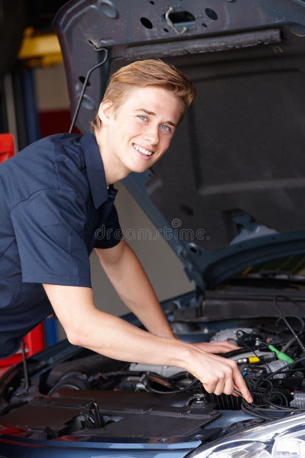 Mecânico que trabalha no carro imagens de stock