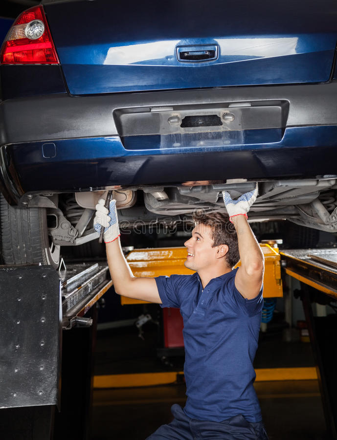 Mecânico Repairing Lifted Car fotos de stock