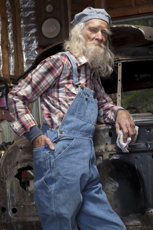 Mecânico sênior que levanta por Carro fotos de stock