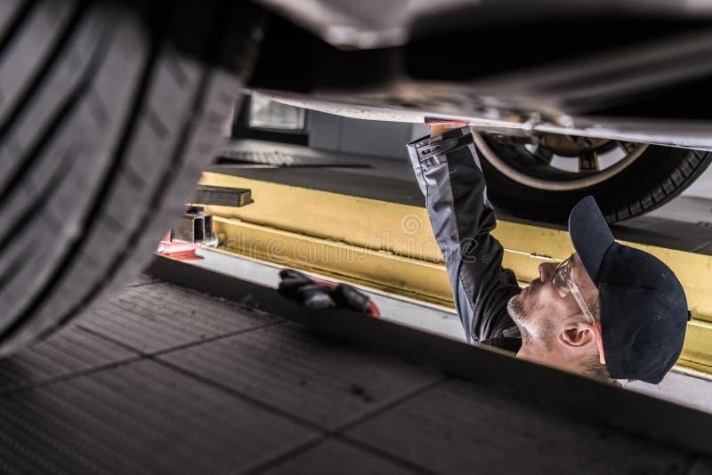 Mecânico Servicing Car imagem de stock