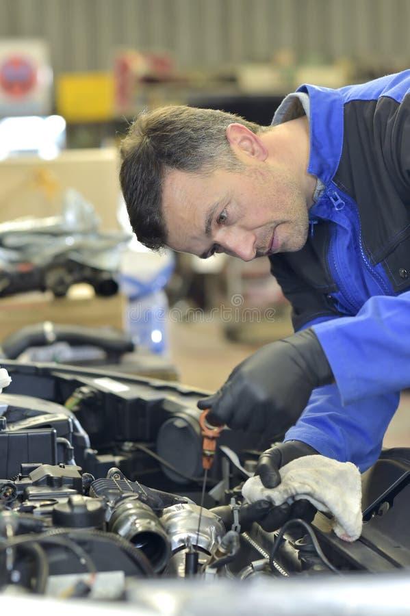 Mecânico sob um carro imagens de stock