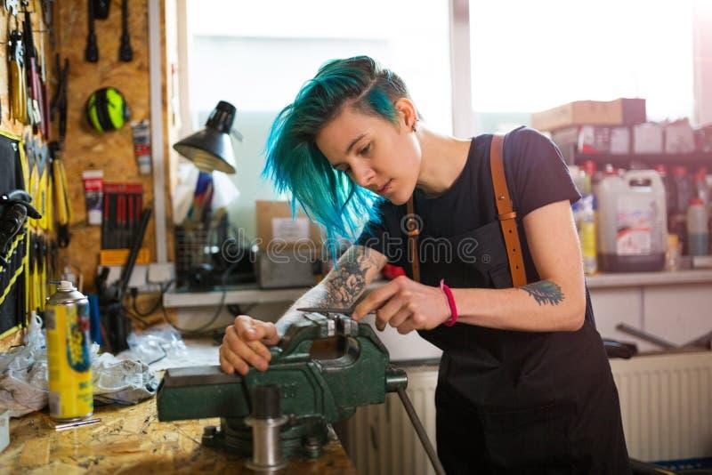 Mecânico Woman no trabalho foto de stock royalty free