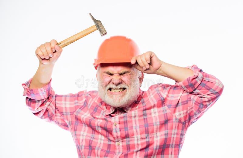 Mec?nico confiado reparación y arreglo del arquitecto Trabajador del ingeniero reparador profesional en casco hombre barbudo madu fotos de archivo libres de regalías